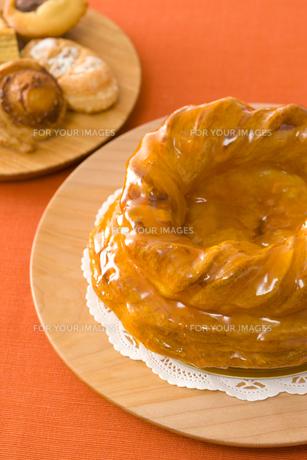ホールのアップルパイと焼き菓子の写真素材 [FYI00480029]