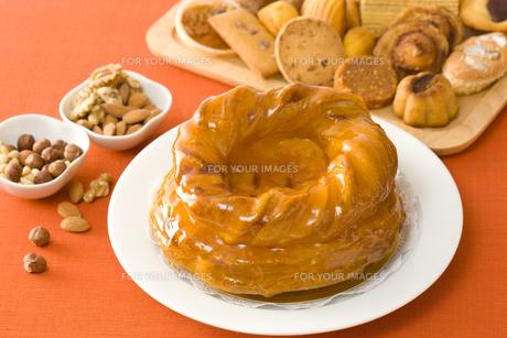 ホールのアップルパイと焼き菓子の写真素材 [FYI00480035]