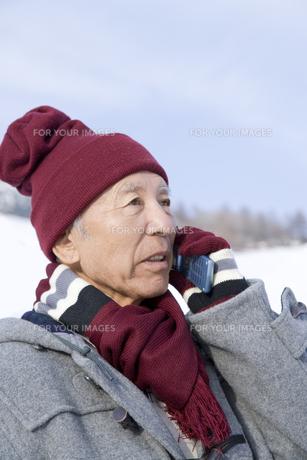 携帯電話で話すシニア男性の写真素材 [FYI00480059]