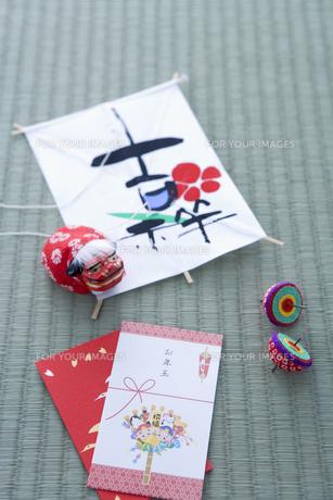 お年玉と獅子舞と凧と駒の写真素材 [FYI00480082]