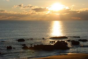 朝日の海岸の写真素材 [FYI00480262]