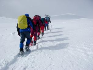 雪山の登山者たちの写真素材 [FYI00480270]