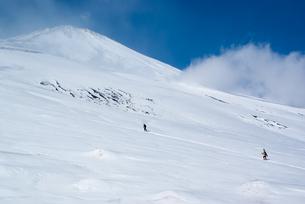 冬の富士山を登る山スキーヤーたちの写真素材 [FYI00480271]