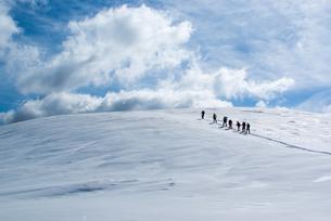 雪上を行く登山者たちの写真素材 [FYI00480272]