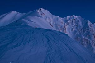 早朝の雪山の素材 [FYI00480327]