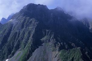 雲迫る北穂高岳、The clouds approaching Kitahotakadakeの写真素材 [FYI00480430]