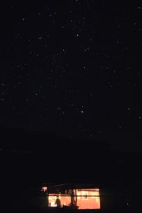 山小屋と星空、Hut and starry skyの写真素材 [FYI00480435]