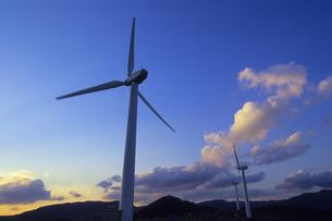 夕雲と風力発電機、Evening clouds and wind power generatorの写真素材 [FYI00480457]