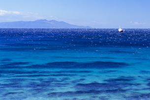 蒼い海と大島、Blue sea and Oshimaの写真素材 [FYI00480465]
