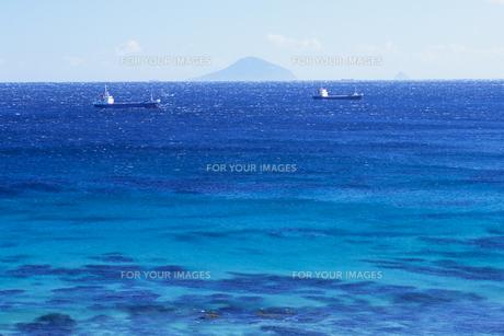 青い海と船、Blue sea and the shipの素材 [FYI00480466]