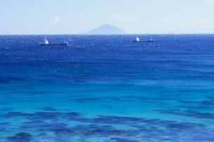 青い海と船、Blue sea and the shipの写真素材 [FYI00480466]