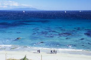 青い海と若者たち、Blue sea and young peopleの写真素材 [FYI00480467]