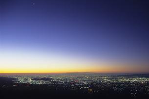 藍色の空と街灯り、Sky and Gaitori of indigoの写真素材 [FYI00480582]