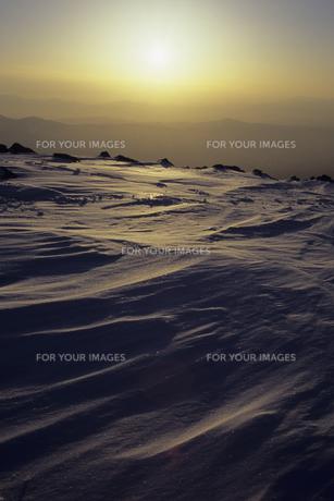 夕照の雪面、Snow surface of YuTeruの素材 [FYI00480603]