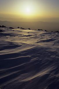夕照の雪面、Snow surface of YuTeruの写真素材 [FYI00480603]