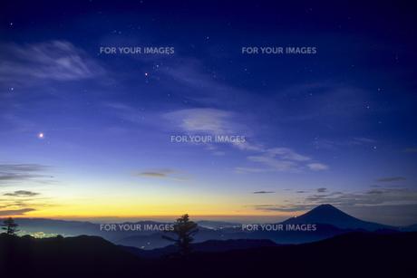 藍色の空と漆黒の富士の素材 [FYI00480611]