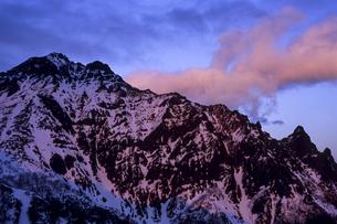 夕紅に染まる赤岳の写真素材 [FYI00480623]