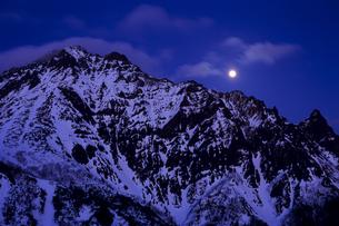 月を従える赤岳の写真素材 [FYI00480625]