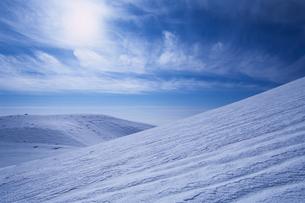 雪原と白い雲の写真素材 [FYI00480656]