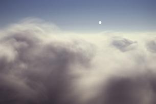 雲上の月の写真素材 [FYI00480677]