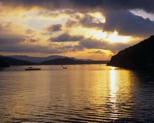 夜明けの浜名湖の写真素材 [FYI00480734]
