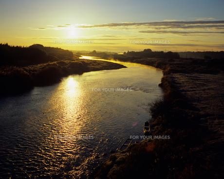 朝日を浴びる川の素材 [FYI00480740]