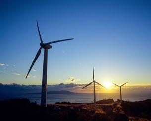 朝日と風力発電機の写真素材 [FYI00480751]