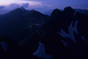 眠りにつく山々と北穂高岳と槍ヶ岳の写真素材 [FYI00480758]