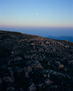 山肌と月の素材 [FYI00480763]