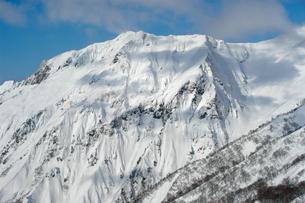 雪を纏う茂倉岳の写真素材 [FYI00480776]
