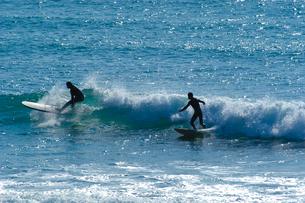 サーフィンを楽しむ若者たちの写真素材 [FYI00480779]