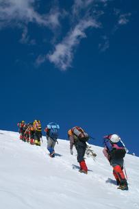 山頂を目指す雪山登山者の写真素材 [FYI00480827]