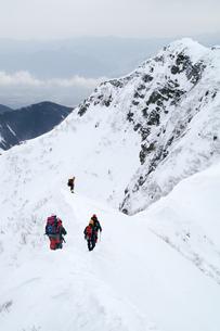 雪嶺を行く人々の写真素材 [FYI00480830]