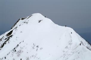 山頂に挑む人々の写真素材 [FYI00480831]