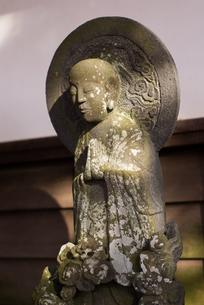 合掌する石仏の写真素材 [FYI00480851]