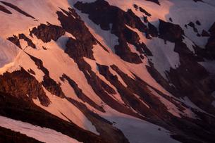 蔵王の残雪と夜明けの写真素材 [FYI00480905]