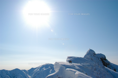 八海山の山頂を照らす太陽の素材 [FYI00480927]