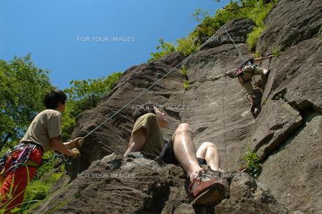 ロッククライミングを楽し若者たちの写真素材 [FYI00480956]