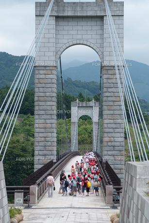 風の吊り橋と子供たちの写真素材 [FYI00481003]