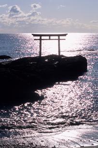 光る海と鳥居の写真素材 [FYI00481067]