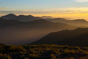 朝靄と山々の写真素材 [FYI00481175]