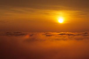雲海の朝日の素材 [FYI00481244]