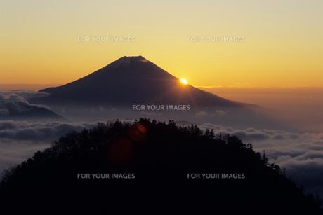南アルプス・笊ヶ岳から望む富士山と日の出の素材 [FYI00481262]