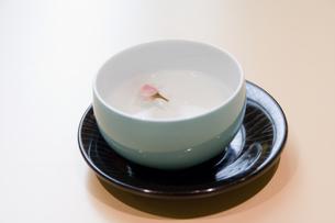 白湯を一杯どうぞの写真素材 [FYI00481322]