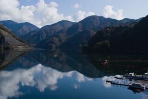 雲湧く丹沢湖の写真素材 [FYI00481326]