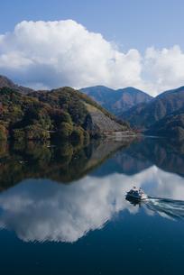雲湧く丹沢湖の写真素材 [FYI00481327]