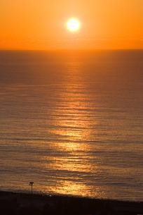 小田原市国府津海岸の海と日の出の写真素材 [FYI00481337]