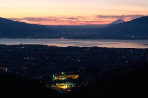 朝の諏訪湖と富士山の写真素材 [FYI00481366]