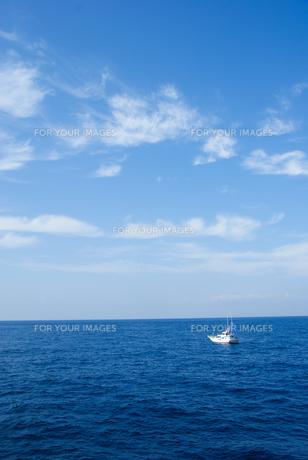 爽やかな太平洋とクルーザーの写真素材 [FYI00481403]