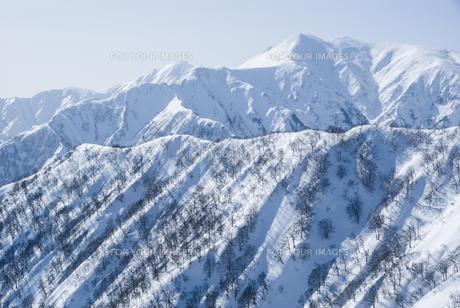 新潟県谷川連峰・タカマタギ山から望む上越の冬山の素材 [FYI00481407]